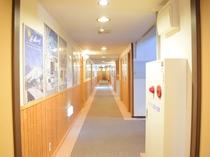 【館内廊下】各ポスターでニセコや倶知安の情報をお届けしております。