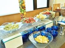 【朝食ビュッフェ】爽やかな朝にぴったりの新鮮なフルーツ。