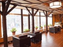 【本館2階・パブリックスペース】外を眺めながらの休憩はいかがでしょうか。