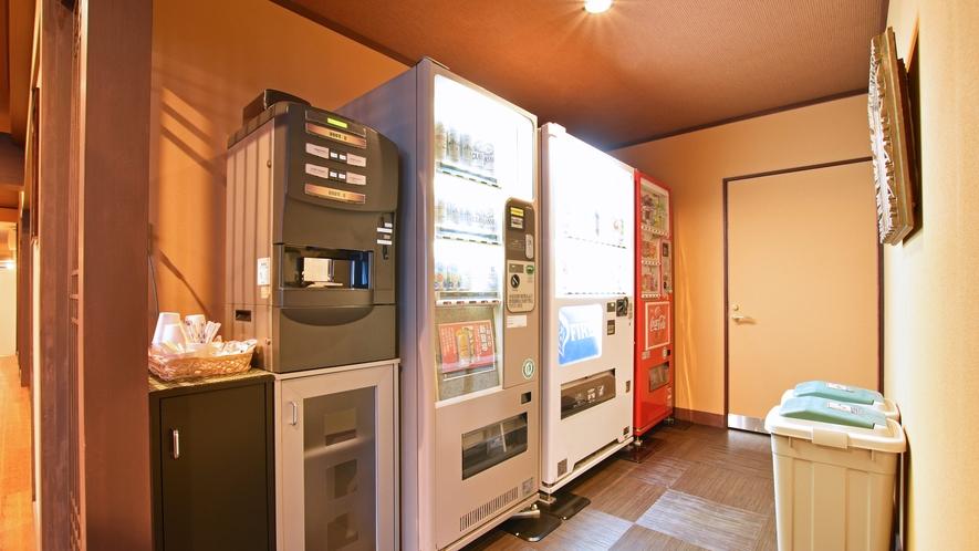 【ヌプリ館(本館)2階・パブリックスペース】自動販売機ではお酒もご購入いただけます。