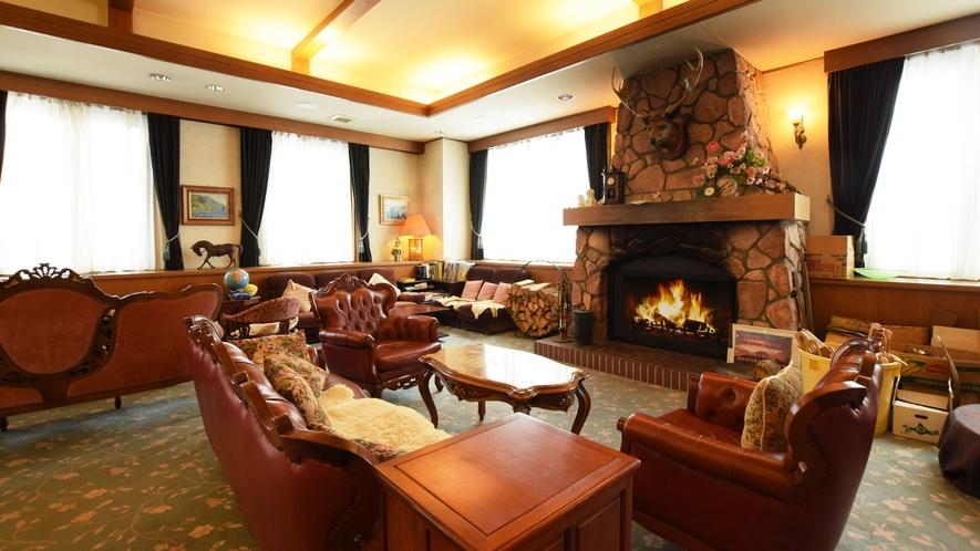 【羊蹄館(新館)1階・ラウンジ】暖炉が印象的なラウンジ。あたたかな雰囲気に包まれます。