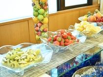 【朝食ビュッフェ】見た目にも色鮮やかなフルーツもお楽しみいただけます。