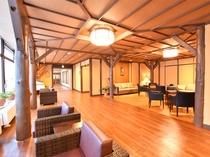 【本館2階・ラウンジ】リニューアルいたしました。和風モダンな空間でお寛ぎいただけます。