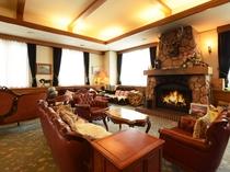 【新館1階・ラウンジ】暖炉が印象的なラウンジ。あたたかな雰囲気に包まれます。