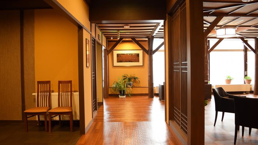 【ヌプリ館(本館)2階・パブリックスペース】木の温もりが感じられます。
