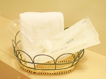 【新館客室】フェイスタオル・コップ・歯ブラシ・カミソリ。(※本館客室にはカミソリがありません。)