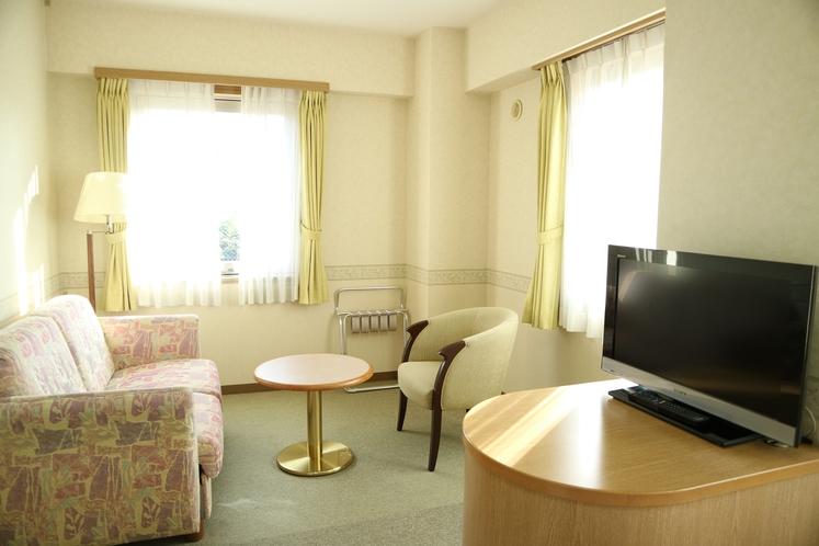 【客室】ツインルームリビング(3名様のご予約はこちらのソファーベッドをベッドメイクいたします)