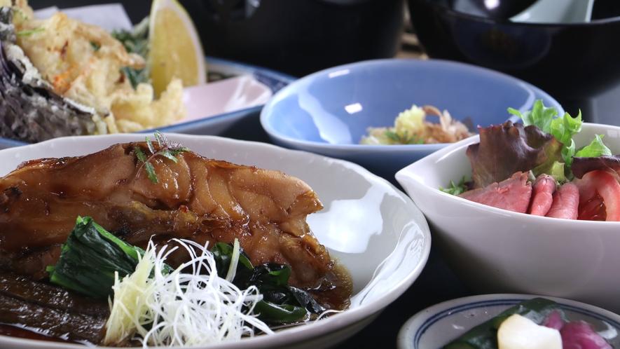 ■【ご夕食一例・日替わり定食】旬の魚や手間暇かけた肉料理など日替わりでメインが変わります。