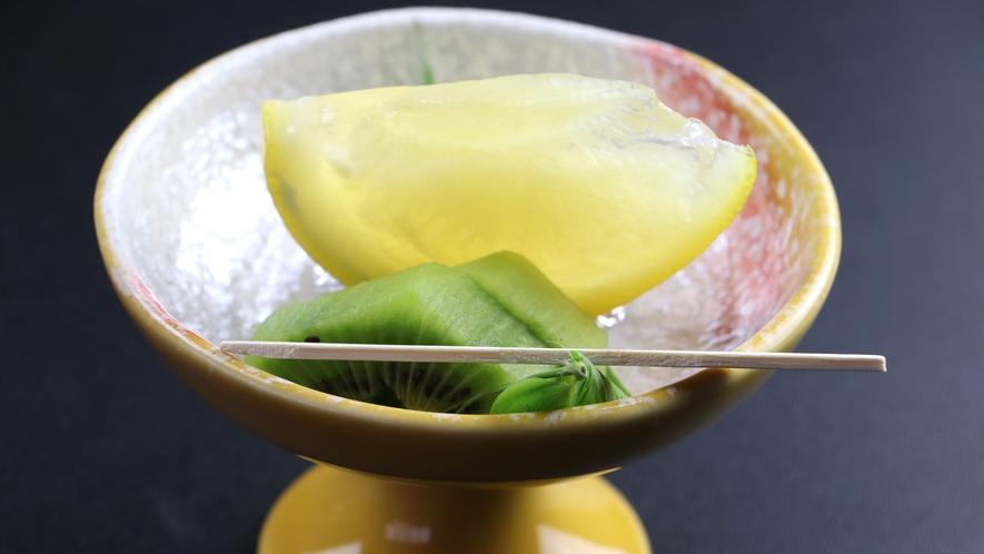 ■【ご夕食一例】季節のフルーツもひと手間加えて美しい自家製デザートに。
