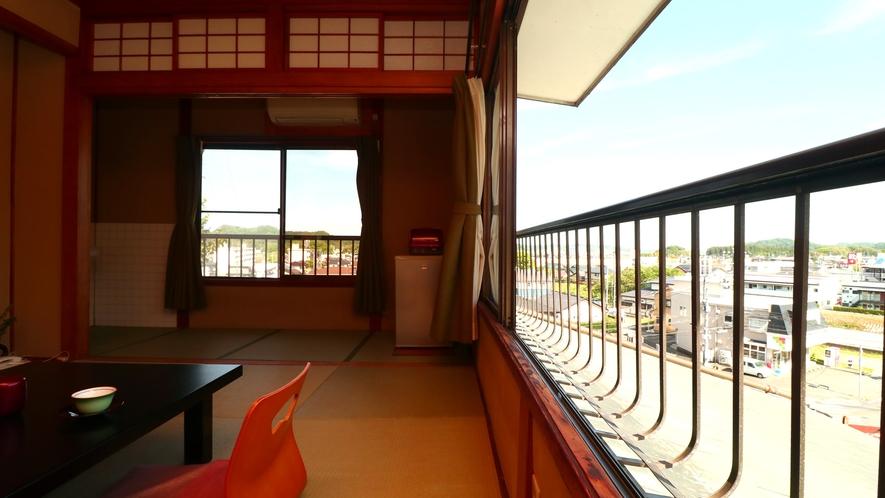■【客室一例・旧館6畳角部屋】壁2面から街並みを見下ろす角部屋は開放的。1室限定です。