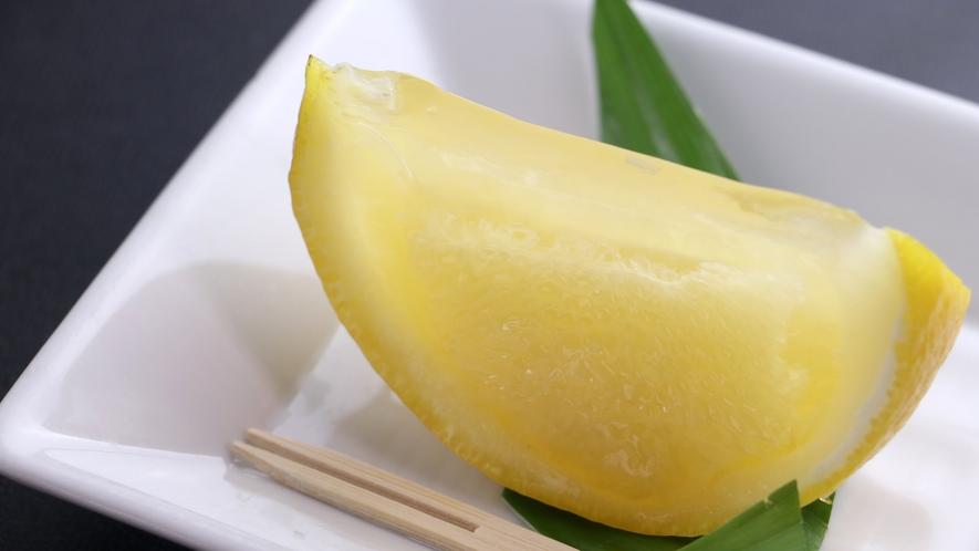 ■【ご夕食一例・日替わり定食】季節のフルーツもひと手間加えて美しい自家製デザートに。