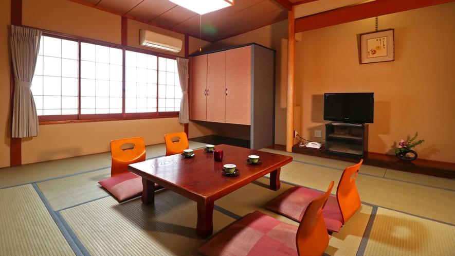 ■【客室一例・旧館10畳】4名様までご利用いただけるシンプルな造りの純和風客室です。