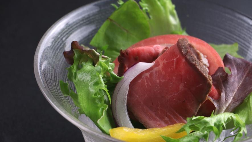 ■【ご夕食一例】和牛のローストビーフは渾身の一品。ソースも料理長オリジナルです。