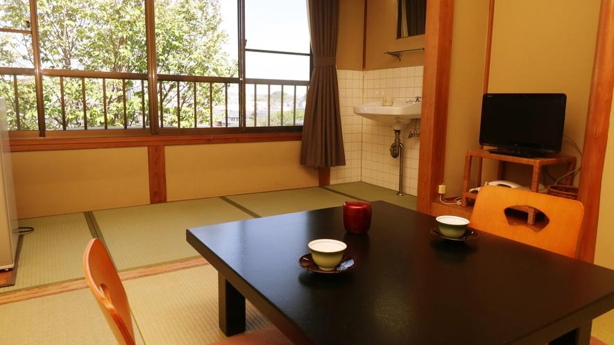 ■【客室一例・旧館6畳】窓の外には木々の間からいわきの街並みが見渡せます。