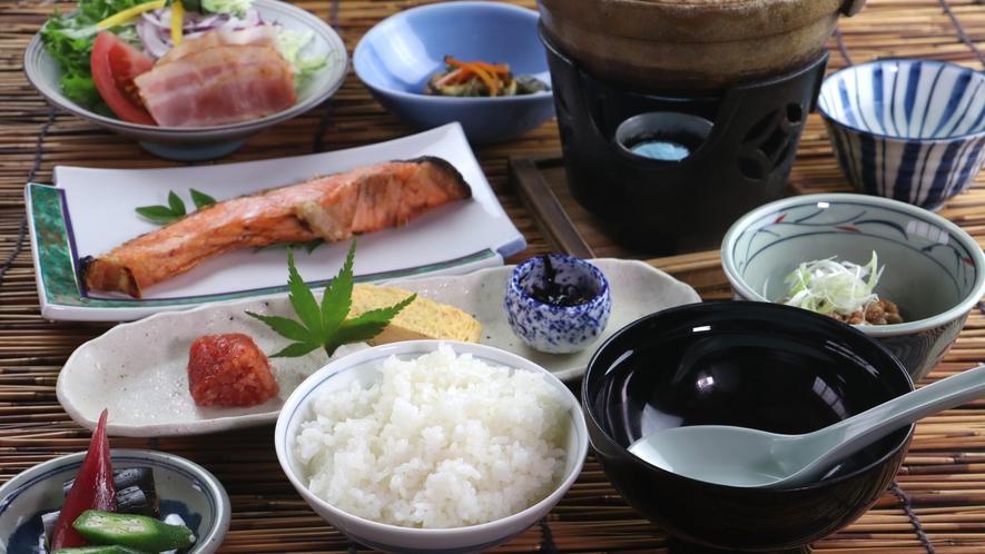 ■【ご朝食一例】朝食も全て手作り。ボリューム満点の焼き魚や鍋であたためる日替わり味噌汁は好評です♪