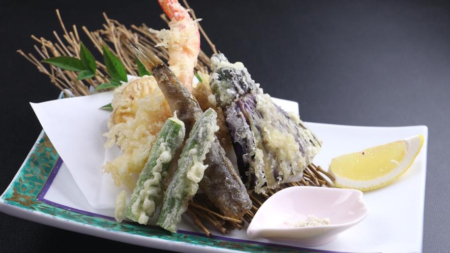 ■【ご夕食一例】めひかりや自家栽培野菜など、旬の食材を使った天ぷら。