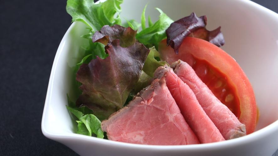 ■【ご夕食一例・日替わり定食】ローストビーフも料理長特製。オリジナルソースでお召し上がりください。
