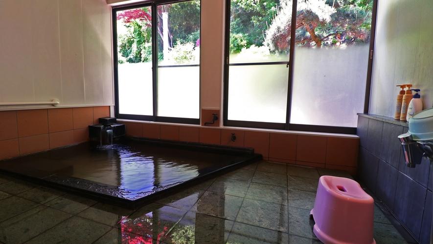 ■【温泉・女湯】源泉100%。窓から自然の景色を楽しみながらのんびりとおくつろぎください。