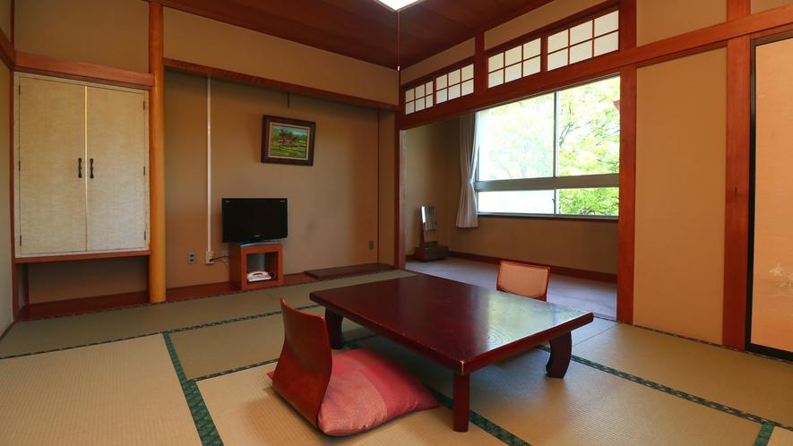 ■【客室一例・新館10畳】4名様までご利用いただける和室。広縁付で広々です。