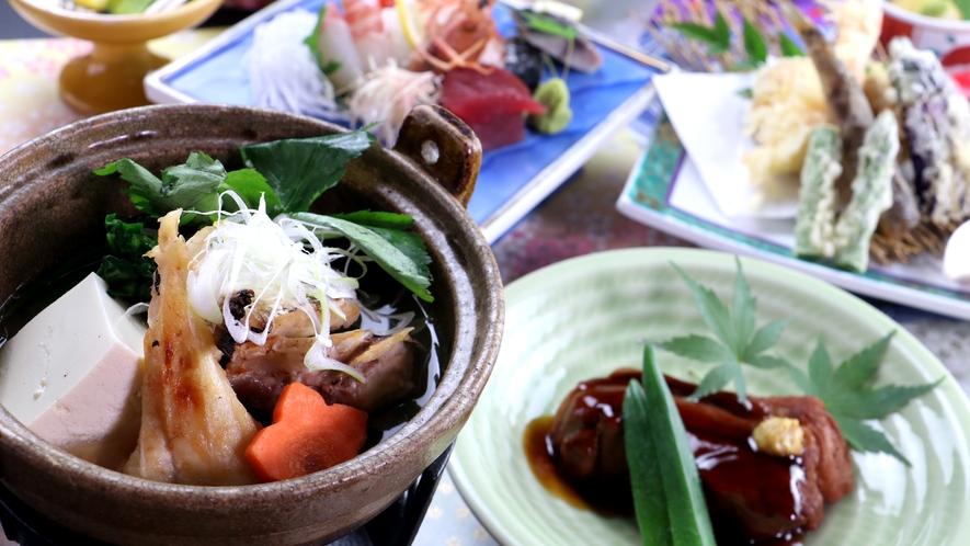 ■【ご夕食一例~欅御膳~】ほろほろトロトロの豚の角煮や海鮮鍋、天ぷらなど手作りの品々が並びます。