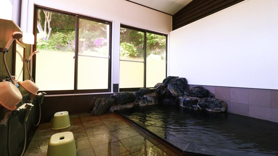 ■【温泉・男湯】源泉100%。窓から自然の景色を楽しみながらのんびりとおくつろぎください。