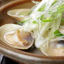 【蒸し物】蛤と根菜の酒蒸し陶板