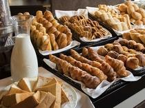 ※【朝食】バイキングに並ぶ豊富な焼きたてパン