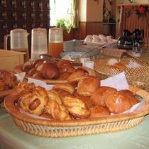 *焼きたての自家製パン