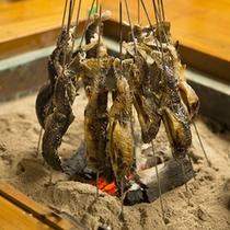 囲炉裏で楽しむ岩魚の塩焼き