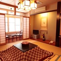 冬の和室8畳+板の間、おこたつがあります