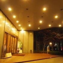 ** ホテルエントランス(夜)