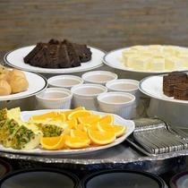ランチ ミニケーキやフルーツなどご準備しております!