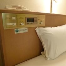 枕元にコンセントあります♪寝ながら携帯電話の操作出来ます!