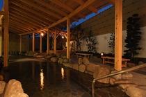 夜の露天岩風呂