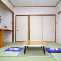 *客室一例/畳のお部屋で足を伸ばしてお寛ぎ下さい。