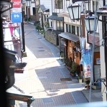 窓から渋の温泉街を眺める