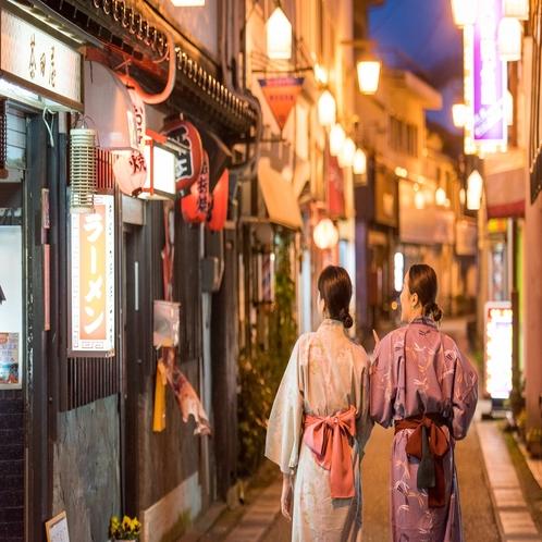 【三朝温泉】温泉街、夜の風景。温泉街の中心に位置するいわゆは夜歩きにも便利