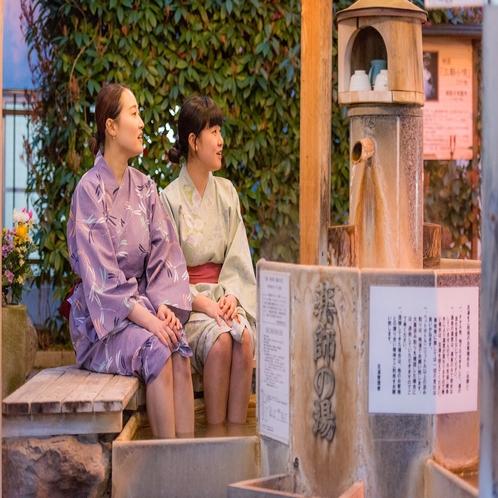 【三朝温泉】当館の玄関を出られましたらすぐ足湯がございます。