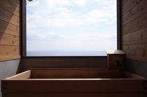 海と空が一望の檜風呂