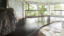 【開放感を味わえる大きな窓】亀山湖の新緑や桜・紅葉と、季節感を楽しめる大浴場です。