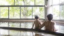 こんな広いお風呂に子供と一緒に入れるって、やっぱり幸せだなぁ。子供と一緒に温泉デビュー。