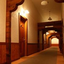 *【ログ棟】客室一例/各お部屋へとつながっている廊下。