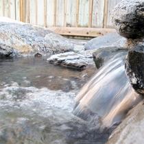 *露天風呂/源泉かけながしの湯がたっぷりと注がれています!