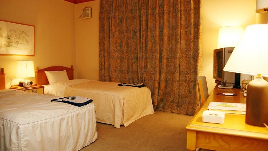 *【ログ棟】ツインルーム一例/アメリカ赤すぎの温もりに満ちた室内。