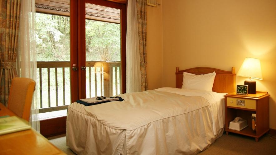 *【ログ棟】シングルルーム一例/窓を開けテラスに足を伸ばせば木々の香りと小鳥のさえずりが。
