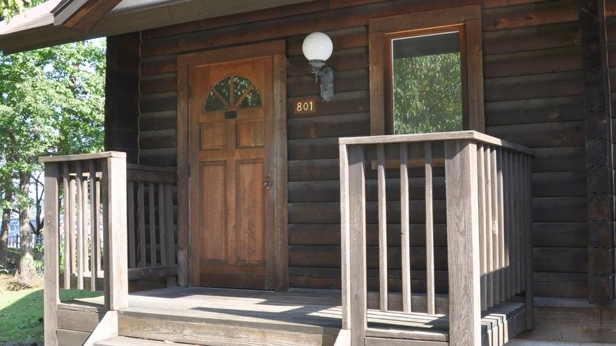*【ログ棟】客室一例/重厚感のある木の扉を開け、森に来た気分でお寛ぎ下さい。