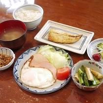 *朝食/ボリュームたっぷりの家庭的な朝ごはん。