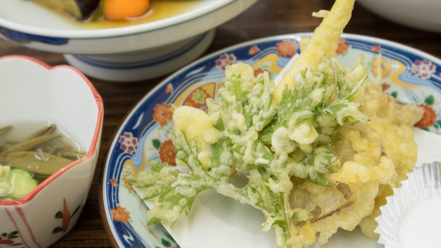 *【ご夕食一例】揚げたあつあつ♪季節の野菜や山菜の天ぷら