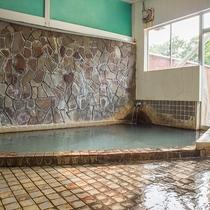 *【内風呂/男湯一例】単純温泉(含炭酸、鉄)の自家源泉をお楽しみいただけます。