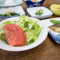 *【ご朝食一例】自家栽培の新鮮なお野菜を中心としたお献立です